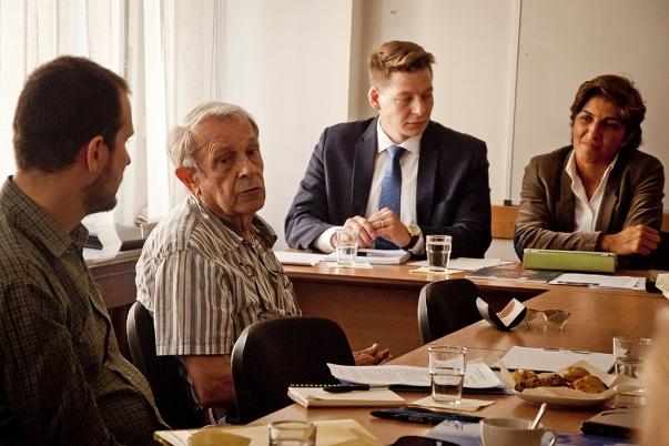 Ivan Kraus professzor (balról a második) felszólalt azon a sajtótájékoztatón, melynek során közreadták az ő általa, valamint több mint 80 szlovák akadémikus által aláírt nyílt levelet, amelyben a bahá'í oktatók és diákok ellen folytatott iráni üldözés leállítására szólítanak fel. © Bahá'í Nemzetközi Hírszolgálat news.bahai.org