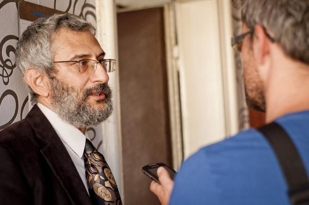 Dr. Grigorij Mesežnikov, a Közéleti Kérdések Intézete elnöke (balra) interjút ad a 2012. szeptember 17-i pozsonyi sajtótájékoztatón, melynek során 84 szlovák akadémikus nyílt levelét adták közre, melyben iráni oktatók és diákok üldözésének befejezését követelik Irán kormányától. © Bahá'í Nemzetközi Hírszolgálat news.bahai.org