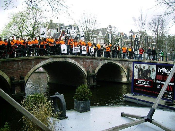Az iráni bahá'í vezetők fényképe Amszterdamban, melyet az Iránban jelenleg bebörtönzött több száz ember fényképeiből állították össze © United4Iran www.united4iran.com