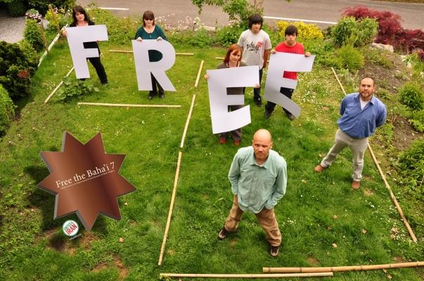 A United4Iran kampánya: a támogatók a hírhedt Evin börtön cellájával megegyező méretű alakzatban hívják fel a világ figyelmét a hét bahá'í vezető bebörtönzésének mostoha körülményeire. Ezt a képet Liechtensteinből küldték.