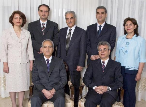 Az iráni bahá'í vezetőség. Az iráni nők fátyol nélkül vannak lefényképezve, mivel a hit a fontos alapelve a nők és a férfiak egyenjogúsága © Bahá'í Nemzetközi Hírszolgálat news.bahai.org