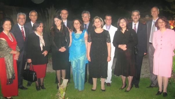 A hét bahá'í vezető – jelenleg az iráni hírhedt Gohardasht börtönben töltik 10 éves börtönbüntetésüket – egy 2008-ban, letartóztatásuk előtt készült felvételen, házastársaikkal. Ashraf Khanjani, a kép bal szélén látható, aki 2011. március 10-én, csütörtökön hunyt el. © Bahá'í World News Service news.bahai.org
