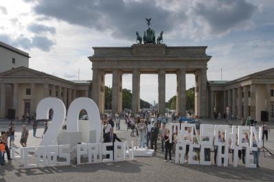 Közel négyszáz ember, köztük számos emberjogi aktivista vett részt a szeptember 12-i akciónapon a berlini brandenburgi kapunál, mely az eredetileg 20 évre ítélt iráni bahá'í vezetők szabadon bocsátásáért állt ki.