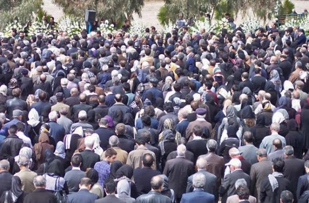 Nyolc-tízezer gyászoló vett részt Khanjani asszony temetésén szerte Iránból, amelyre 2011. március 11-én a korai órákban került sor Teheránban. © Bahá'í World News Service news.bahai.org