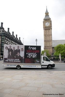 Irán emberi jogi helyzetére felhívó mobil reklámtábla Londonban (2010. június 12. - több emberi jogvédő csoport egyesült akciónapja az iráni emberi jogokért)