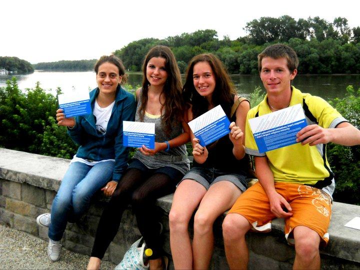 Magyarországi fiatalok az iráni felsőoktatás szabadságáért és a vallásszabadságért kiálló képeslapokkal © Magyarországi Bahá'í Közösség www.bahai.hu