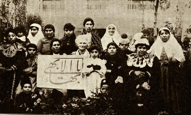 Dr. Moody teheráni bahá'í nőkkel, 1910-ben. Ezek az iráni nők az elsők voltak azok között, akik fátyol nélkül jelentek meg a nyilvánosság előtt (c) Baha'is of the United States www.bahai.us