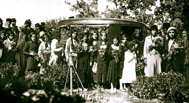 Az iráni nők úttörő orvosának temetése Teheránban, 1934-ben. Több százan – köztük Dr. Susan Moody sok volt diákja – volt jelen (c) Baha'is of the United States www.bahai.us