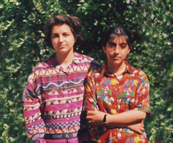 Az egyik bebörtönzött bahá'í vezető, Fariba Kamalabadi (balról) egykori diákjával. A United4Iran kampányára küldte be együttérző diákja.