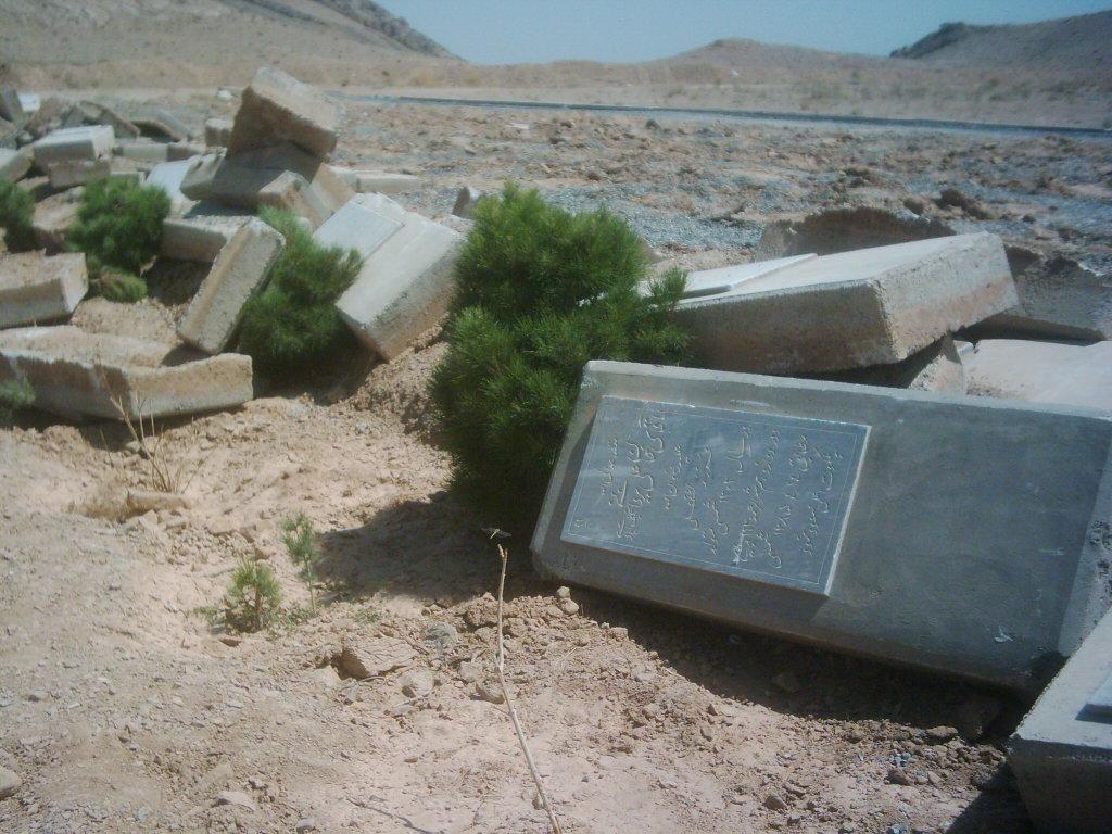 Az iráni kormány bahá'í temetőket gyaláz meg rendszeresen. A Najafabad melletti bahá'í temető sírköveit egy halomban hagyták, miután az egész területet lebulldózerezték. © Bahá'í Nemzetközi Közösség media.bahai.org