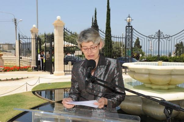 """Irina Bokova, az UNESCO főigazgatója 2011. május 29-én beszédet mondott a haifai bahá'í kertek előtti téren tartott ünnepségen. A fogadást az UNESCO Tolerancia és Béke tere névadójának alkalmából tartották, közvetlenül a bahá'í kertek előtt, a haifai történelmi német templomosok kolóniája tetején. """"Mivel a háborúk az emberek elméjében kezdődnek, a béke védelmét is az emberek elméjében kell létrehozni"""" – tette hozzá Bokova, az UNESCO alkotmánya elejét idézve. © Bahá'í Nemzetközi Hírszolgálat news.bahai.org"""
