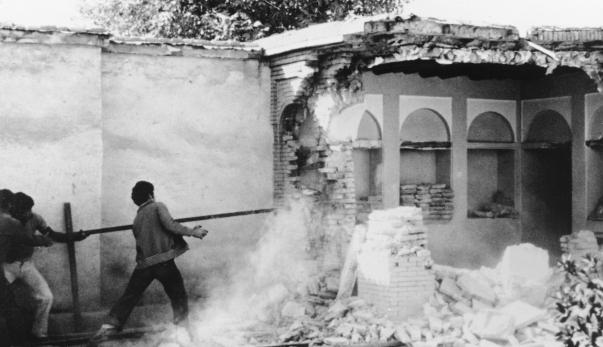Az iszlám forradalom szomorú pillanata: a bahá'í hit egyik legszentebb épületét 1979-ben lerombolta a csőcselék, melyet az iráni kormány Forradalmi Gárdája segített. A Báb háza, ahol bejelentette Küldetését. (Siráz, Irán).