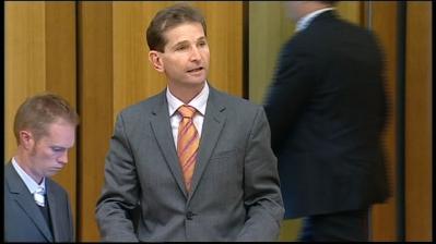 """Jim Turnour ausztrál parlamenti képviselő, az ausztrál felsőház hat tagjának egyike, aki a Teheránban bebörtönzött hét iráni bahá'í szabadon bocsátását követelő indítvány érdekében szólalt fel: """"Fenntartjuk élénk érdeklődésünket ebben az ügyben, és továbbra is felemeljük szavunkat az iráni kormánynál"""" – mondta a május 25-i vitában. (Fotó copyright: Ausztrál parlament)"""