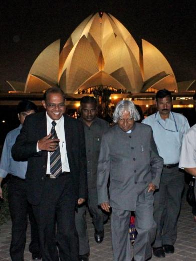 India korábbi elnöke, Dr. A.P.J. Kalam (jobbra elöl), amint az imaház 25. jubileumi évének megnyitását köszöntő programból visszatér. © Bahá'í Nemzetközi Hírszolgálat news.bahai.org