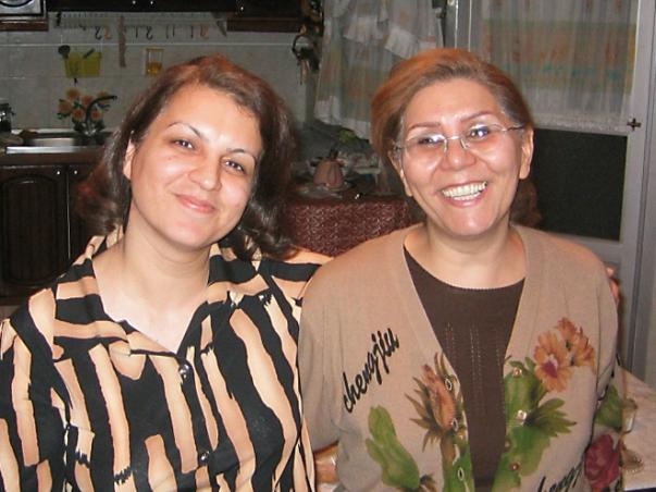 Fariba Kamalabadi (balra) és Mahvash Sabet egy boldogabb időkben készült közös fényképen. Az 57 éves Sabet letartóztatására 2008. március 5-én került sor. (c) Bahá'í Nemzetközi Hírszolgálat news.bahai.org