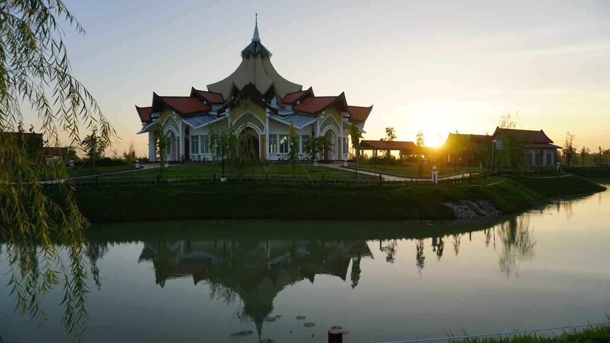 A battambangi bahá'í templom a kambodzsai helyi kultúra jegyeit viseli. Az összes bahá'í templom közös ismertetőjele a központi kupola és a kilenc oldalúság, mely az emberi faj egységét és sokféleségét szimbolizálja © Bahá'í Nemzetközi Hírszolgálat news.bahai.org