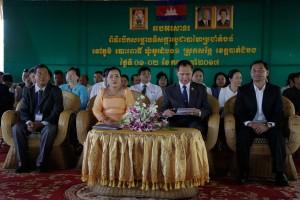 A kambodzsai hivatalnokok (jobbra) és a bahá'í közösség képviselői a templom megnyitóján © Bahá'í Nemzetközi Hírszolgálat news.bahai.org