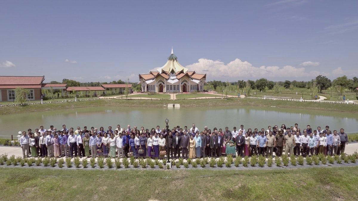 A templomot meglátogató, a kambodzsai közélet képviselőiből álló első 250 fős csoport © Bahá'í Nemzetközi Hírszolgálat news.bahai.org