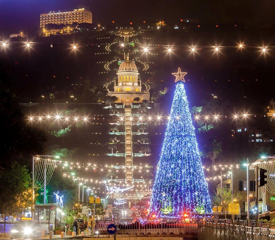 Gyönyörű karácsonyfa Izraelben, Haifa városában. A karácsonyfa a kereszténység szimbóluma, a mögötte lévő kertek az aranykupolás Báb szentélyével a bahá'í hit központja. fotó: Mobin Mirkazemi https://www.facebook.com/mobinmirkazemi/posts/10153140634986400?fref=nf