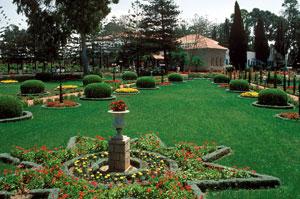 A számos kultúra elemeit ötvöző franciakert (Bahji, Izrael)