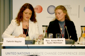 """""""A klímaváltozás kihívást jelent az emberiségnek, hogy kollektív érettségének következő szintjére emelkedjen"""" mondta Tahirih Naylor, bahá'í képviselő (balról) a Klímaváltozás Vallásközi Nyilatkozat sajtókonferenciáján."""