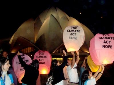 Indiában, a Koppenhágai Klímaváltozás Konferencia sikerének reményében környezetvédelmi aktivisták 2000 környezetbarát lámpást engedtek szabadon a bahá'í imaház előtt Új-Delhiben. Különféle hitközösségek vettek részt az ünnepélyen, melyet a Greenpeace szervezett. A Lótusz templom melletti eseményt december 10-én tartották.