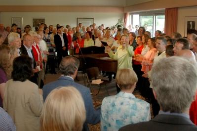 A bahá'í imaházban tartott áhítat után az énekesek átsétáltak a közeli bahá'í központba egy második előadásra (a képen), ahol a langehaini és a bahá'í kórus újra fellépett a helyi közönség előtt.