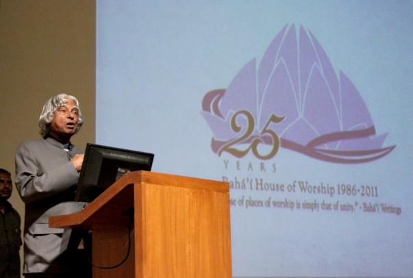 """India korábbi elnöke, Dr. A.P.J. Kalam beszédet mondott a Lótusz templom fennállásának 25. jubileumi évére rendezett megemlékezésen Új-Delhiben. Dr. Kalam az imaházat a """"béke, a boldogság és a szellemiség templomaként"""" jellemezte, (c) Bahá'í Nemzetközi Hírszolgálat news.bahai.org"""