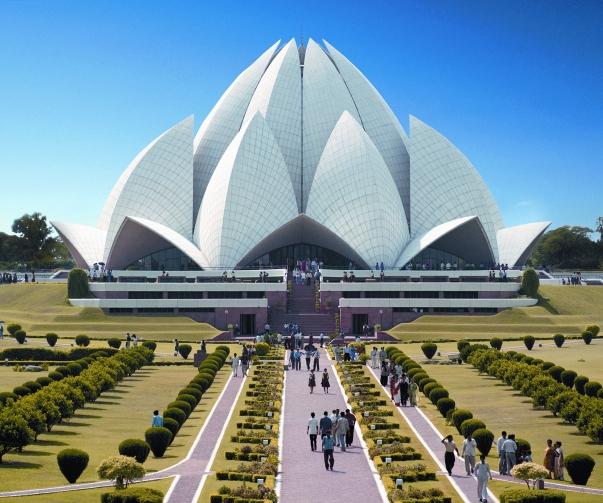 A látványos bahá'í templom, a Lótusz Templom a világ egyik leglátogatottabb épülete. 1986-os elkészülte óta évente átlagosan 4.3 millió látogatót fogad. © Bahá'í Nemzetközi Hírszolgálat news.bahai.org