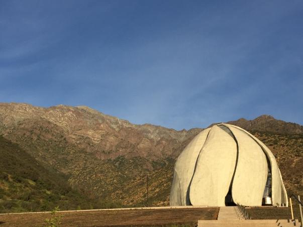 """""""A templom másviláginak tűnik, mégis hegyoldalinak és ahhoz tartozónak"""" – írta az elismert kanadai szerző, Noah Richler az Azure design magazinban © Bahá'í Nemzetközi Hírszolgálat news.bahai.org"""