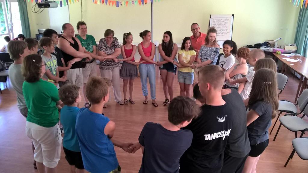 A megzenésített imák előadói, a Szentendrei Palánták serdülőcsoport tagjai közös csapatépítő játékon