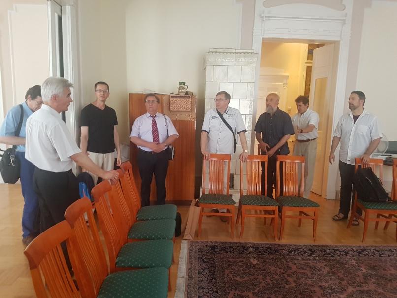 A Magyarországi Egyházak Ökumenikus Tanácsának Vallásközi és Dialógus Bizottságának tagjait üdvözli Koczóh Péter az Országos Bahá'í Központban (c) Magyarországi Egyházak Ökumenikus Tanácsa