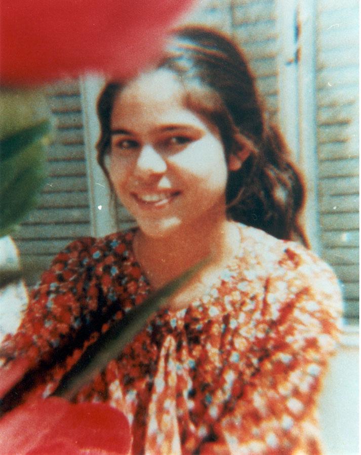 Tíz nőt végeztek ki Iránban, Sirázban bahá'í vasárnapi iskola tartásáért 1983. június 18-án. Mona Mahmúdnizhád azt kérte kivégzőitől, hogy utolsónak halhasson meg, így is imádkozhasson társaiért. (c) adressformona.org