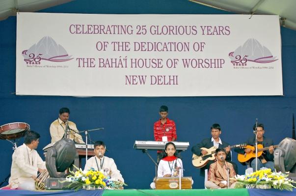 A New Era Középiskolából (Panchgani, Maharashtra tartomány) érkezett csoport zenés áhítatprogramot ad elő az Bahá'í Imaház fennállásának 25. évfordulóján Újdelhiben. © Bahá'í Nemzetközi Hírszolgálat news.bahai.org
