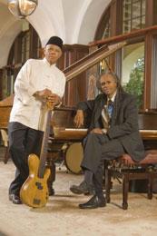 """Phil Morrison basszusgitáros és Keith Williams zongorista szerezték a """"Sok szerencsét, Pekingi Olimpia"""", a pekingi 2008-as olimpiai játékok egyik hivatalos dalát."""