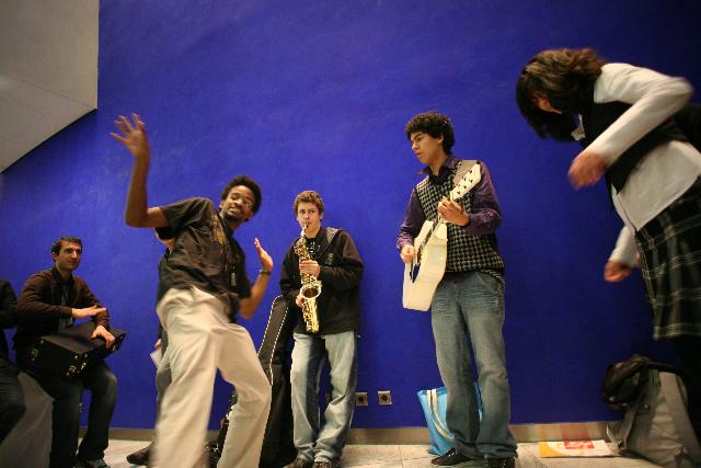 Francia bahá'í fiatalok zenélnek a konferencia szünetében