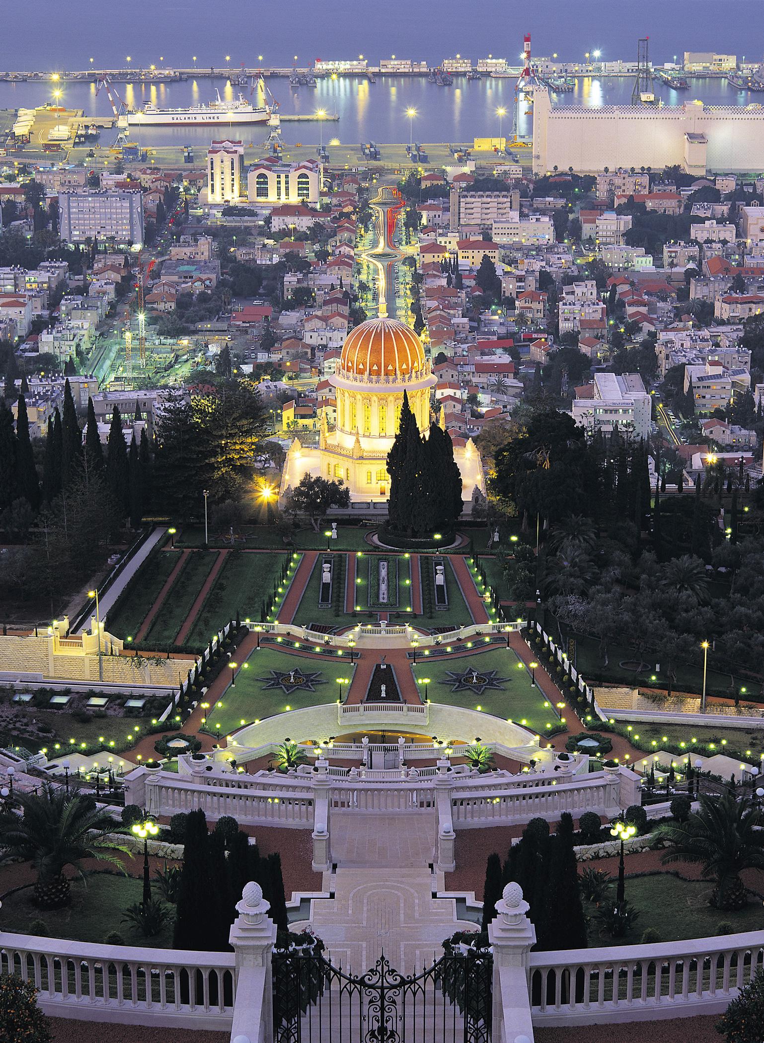 A szép kert és Haifa városa (c) Bahá'í Nemzetközi Közösség media.bahai.org