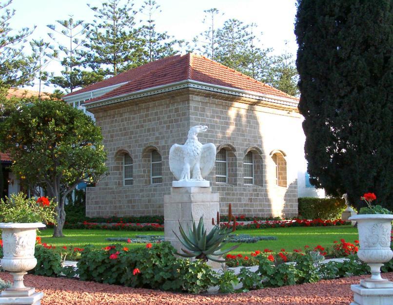 Bahá'u'lláh, a bahá'í hit alapítójának sírszentélye, a bahá'í-ok legszentebb helye az akkói szép kertben (c) Bahá'í Nemzetközi Közösség media.bahai.org