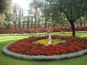 Az adminisztratív épületek előtt szép kert Haifában (c) Magyarországi Bahá'í Közösség www.bahai.hu