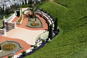 A szép kertek egyik felső terasza (c) Magyarországi Bahá'í Közösség www.bahai.hu