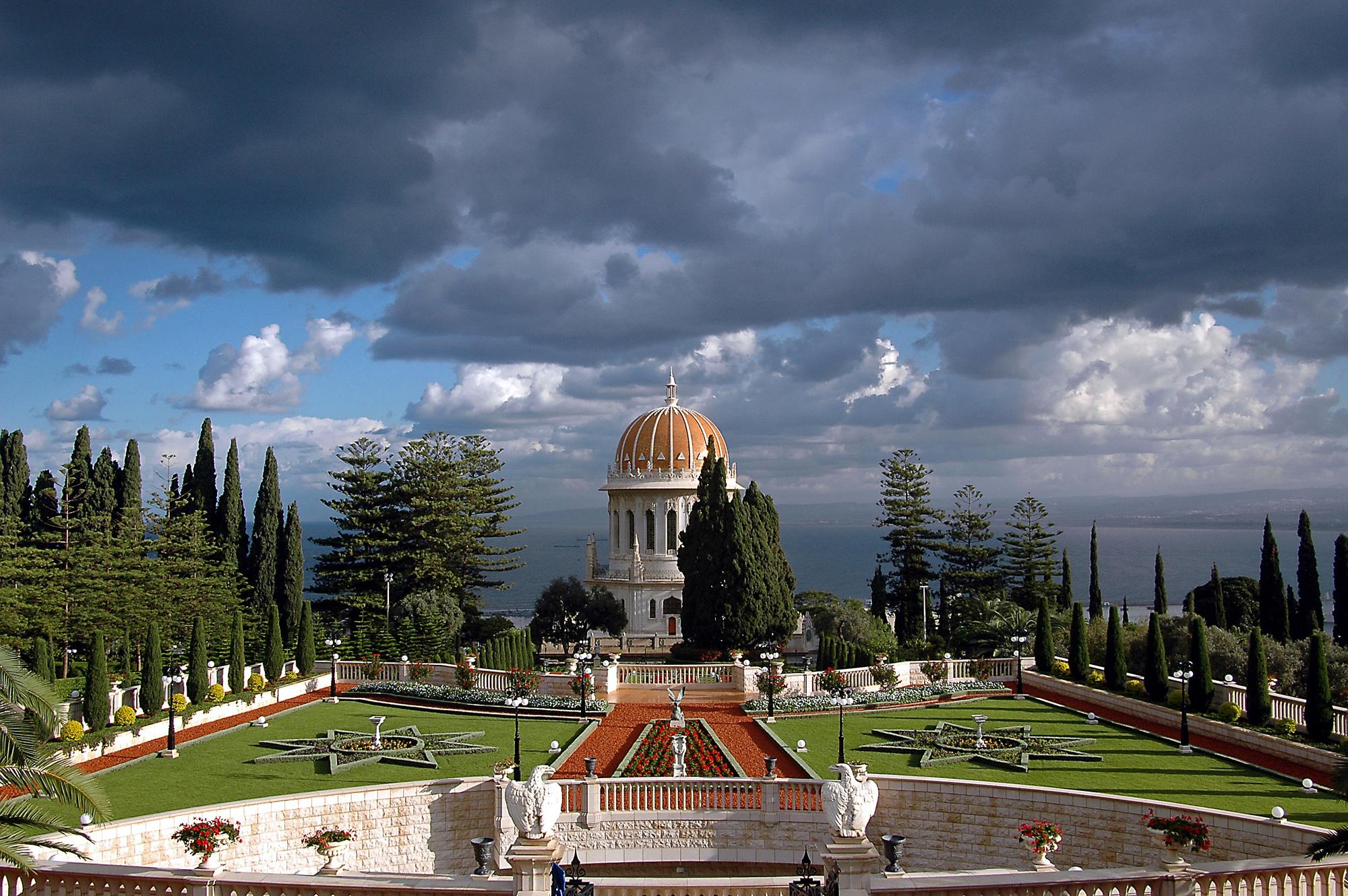 A szép kert hátterében a Haifai-öböl (c) Bahá'í Nemzetközi Közösség media.bahai.org