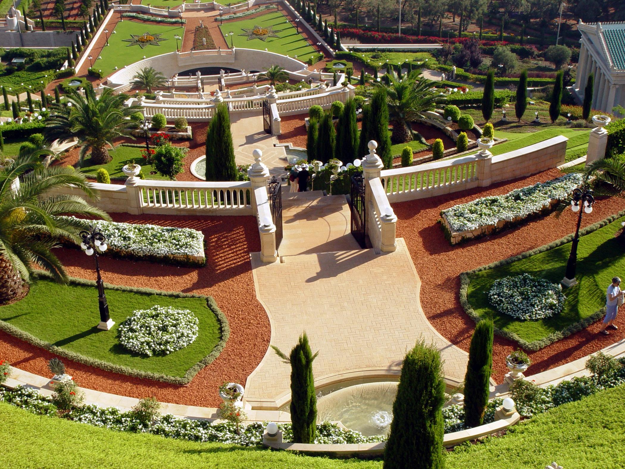 A vörös agyagcserép darabokkal borított út érdekes színvilágot ad a szép kertnek (c) Bahá'í Nemzetközi Közösség media.bahai.org