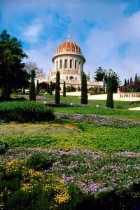 A mai szépségében 2001. májusában átadott Kármel-hegyi teraszok egyike. A bahá'í kert központi épületét, gyakran tévesen bahá'í templomnak hívják, pedig az a Báb sírszentélye. (c) Magyarországi Bahá'í Közösség www.bahai.hu
