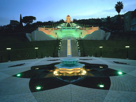 Szökőkút az alsó teraszon. Felül a híres kert központi épülete, a Báb sírszentélye látható