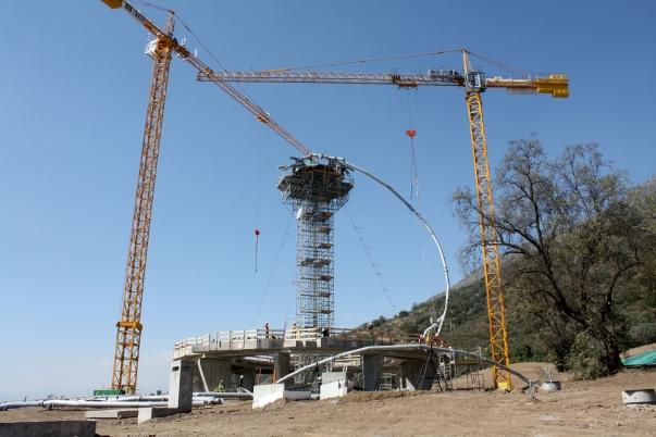 A templom első szárnyát alkotó acélváz rögzítése © Bahá'í Nemzetközi Hírszolgálat news.bahai.org