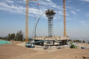A templom második szárnyát alkotó acélváz rögzítése © Bahá'í Nemzetközi Hírszolgálat news.bahai.org