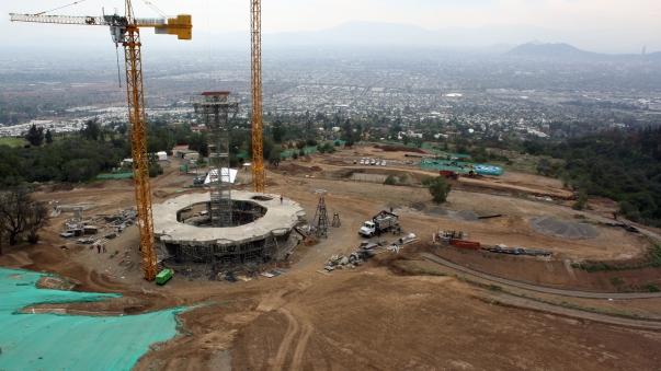 A templom eddig elkészült beton- és földmunkái. A háttérben Chile fővárosa © Bahá'í Nemzetközi Hírszolgálat news.bahai.org