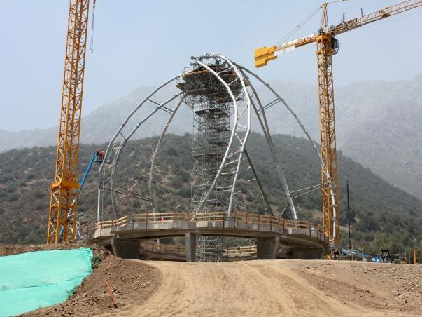 Az acélszerkezet beépítése, mely a templom kilenc szárnyát fogja tartani © Bahá'í Nemzetközi Hírszolgálat news.bahai.org
