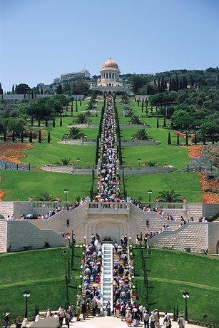 A 19 terasz megnyitójára összegyűlt több mint 3000 ember a szép kert központi lépcsősorán (2001. május)