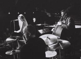 A Tierney Sutton Band további tagjai a zongorán közreműködő Christian Jacob, a nagybőgős Trey Henry és Kevin Axt, valamint Ray Brinker dobos.